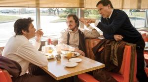 O diretor David O. Russell dando direções a Christian Bale e Jeremy Renner, um dos políticos e um dos meus personagens favoritos, se não o favorito do filme