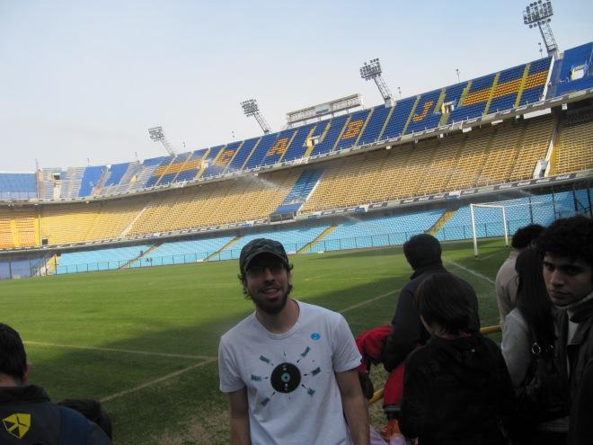 Raphael super feliz visitando estádio de futebol.