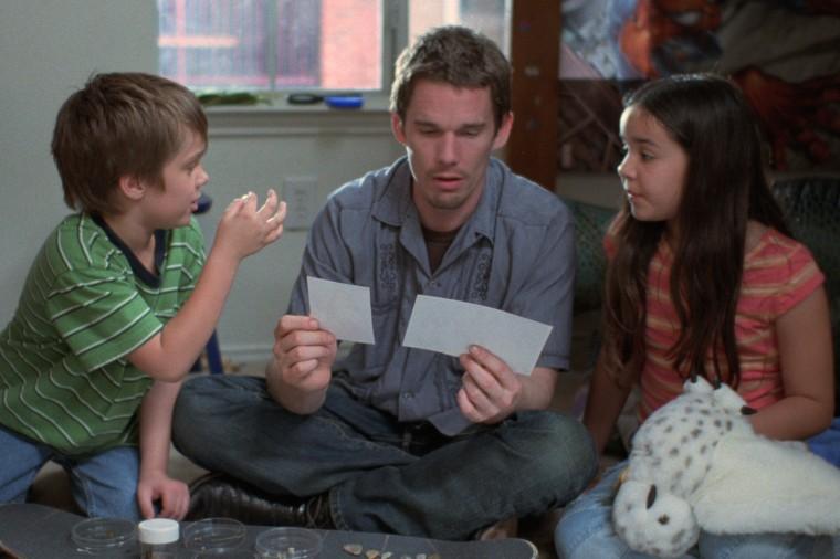 """Ethan Hawke, bem novinho no início do filme, com seus """"filhos"""" Ellar e Lorelei."""